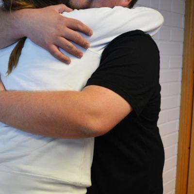 Pariskunta halaa.