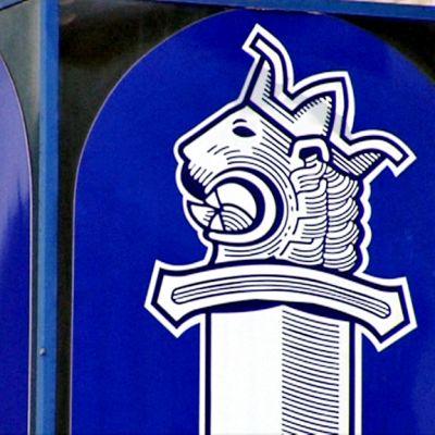 Poliisin logokyltti Kaartin poliisitalossa Helsingissä. Poliisin tunnus on sekä normaali- että peilikuvana.