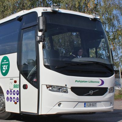 Violetti-valkoinen Pohjolan Liikenteen bussi.