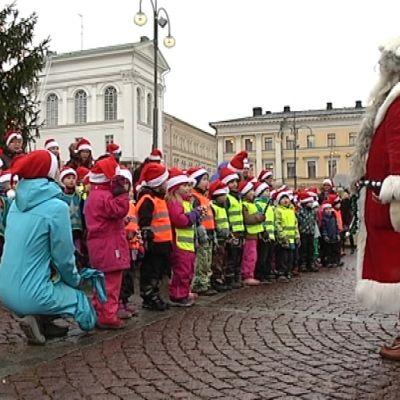 Videolla kommentteja laukoo Lotta, Elsa ja Eino Töölön Montessori-leikkikoulusta, Nelli Töölön Ankkalammen päiväkodista sekä karusellissä Ellen ja Liine.