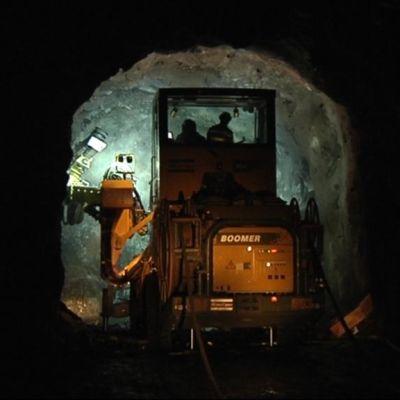 Porausjumbo kaivostunnelissa Kylylahdessa Polvijärvellä.