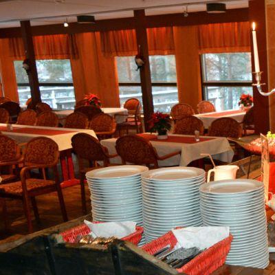 Jouluruokaa ruuhen mallisessa pöydässä.