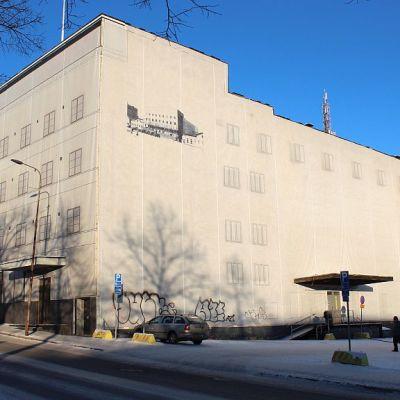 Valtiontalo Jyväskylässä Vapaudenkadun ja Kilpisenkadun kulmasta katsottuna.