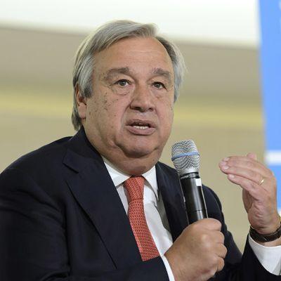 António Guterres mikrofoni kädessään.
