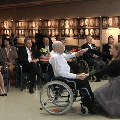 Kaunialan sotavamma sairaalan joulujuhlassa tanssittiin Sibeliuksen tahtiin.