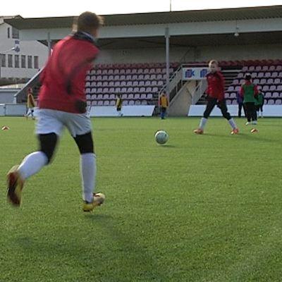 Mypan juniorit pelaavat jalkapalloa