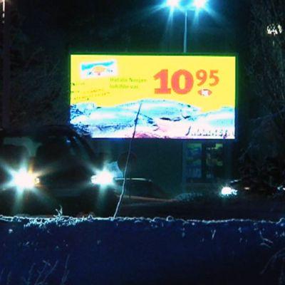 Valomainos kaupan edustalla Haukiputaalla