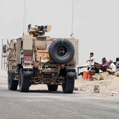 Saudi-Arabian johtaman liittouman ajoneuvoja Adenin satamakaupungissa Jemenissä