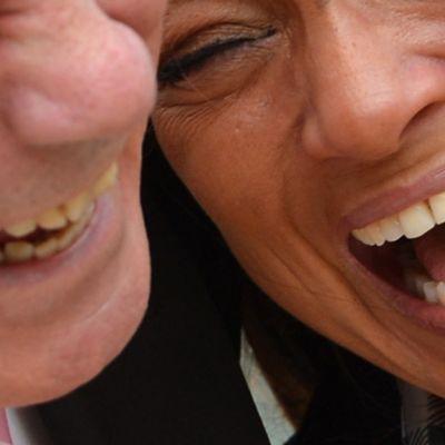 Mies ja nainen nauravat.