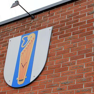 Kuvassa Vetelin vaakuna kunnantalon seinässä.