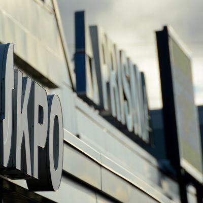 Kuvassa etualalla osuuskauppa KPO:n kyltti, taustalla Prisman kyltti.
