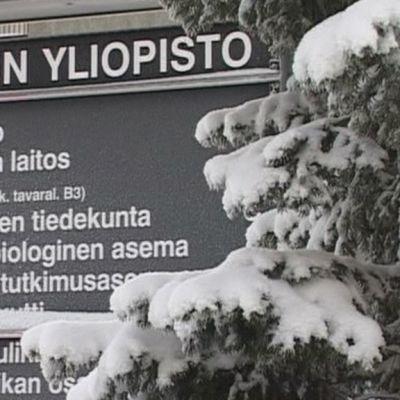 Oulun yliopiston opastekyltti talvella.