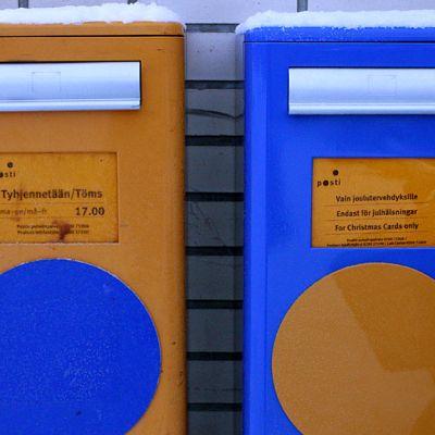 Kuvassa Postin käyttöön ottama joulukorteille tarkoitettu oma postilaatikko. Laatikon erottaa perinteisestä keltaisesta postilaatikosta puolestaan sinisen värinen laatikko.