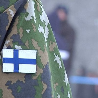 Suomen lippu varusmiehen hihassa.