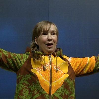 Oulun kaupunginteatterin näyttelijä Merja Pietilä esittää Taivaslaulu-näytelmässä Viljaa.