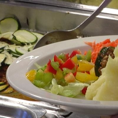 Kesäkurpitsa-jauhelihapaistosta ja kasviksia lautasella