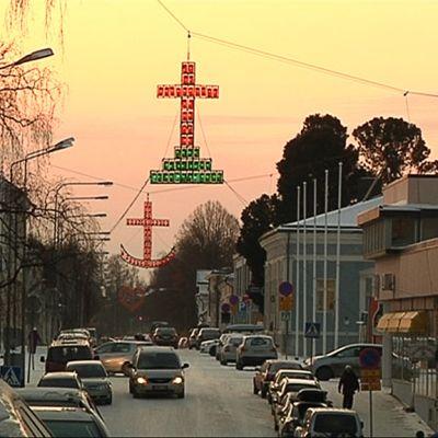 Usko, toivo ja rakkaus -valot talvisessa hämärässä Pietarsaaressa