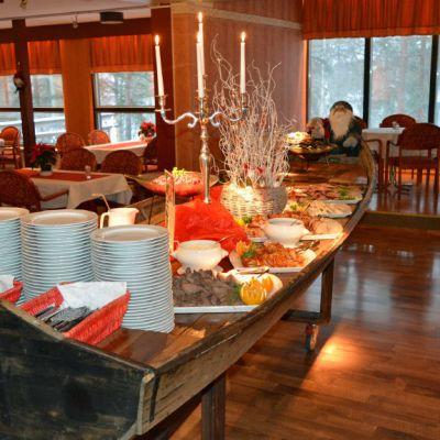Jouluruokaa pöydässä hotellin salissa.