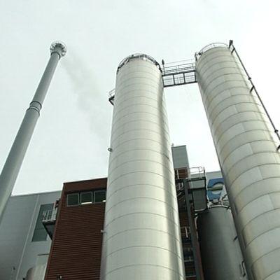 Oulun jätteenpolttolaitoksen kattiloita ja savupiippu.