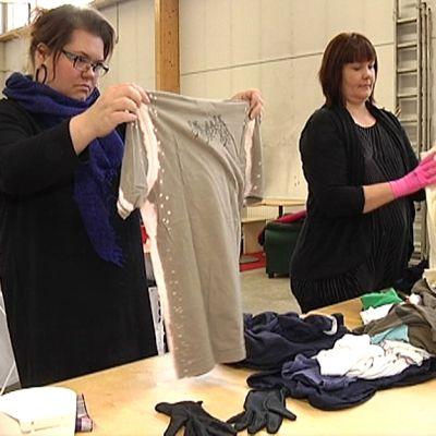 Työntekijät lajittelevat tekstiilejä.