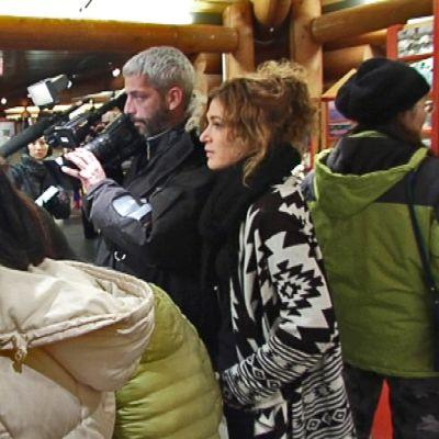Ranskalainen kuvausryhmä turistien puristuksessa Joulupukin pääpostissa.
