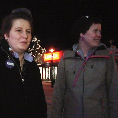 Eeva Viemerö jakaa heijastimia kansalaisille.