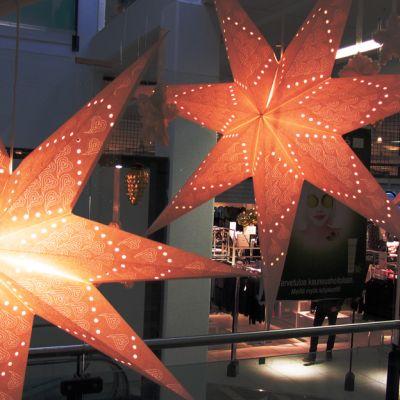 Kuvassa kolme tähden muotoista jouluvaloa