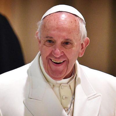 Paavi hymyilee.