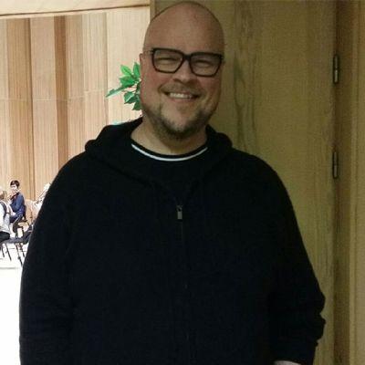 Juha Uusitalo harjoituksissa Kokkolassa, taustalla kapellimestari, orkesteria ja flyygeli.