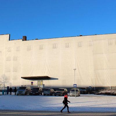 Huputettu Valtiontalo Jyväskylässä Vapaudenkadun puolelta katsottuna.
