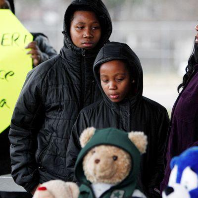 Poliisin ampuman pojan naapurit osoittavat mieltään Ohion Clevelandissa.