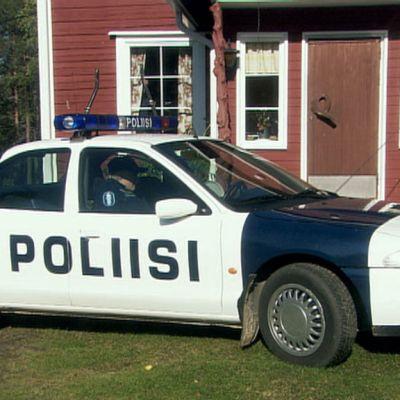 Ylen omistama poliisiauto Taivaan tulet -sarjassa talon edustalla