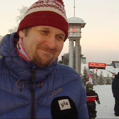 Venäläisturisti Vladimir Kolesnikov Joulupukin Pajakylässä Rovaniemellä joulukuussa 2015.