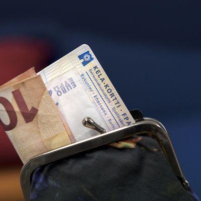 Kelakortti ja kymmenen euron seteli kukkarossa.