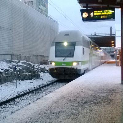 Lähijuna saapuu asemalle.