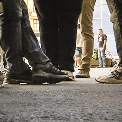 Nuoria miehiä oleskelee kadulla.