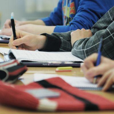 Opiskelijat tekevät muistiinpanoja.