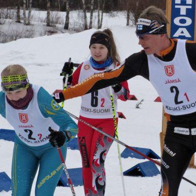 Pihtiputaalla 2014 hiihdetyissä maakuntaviesteissä ensimmäiseen vaihtoon hiihdettiin Jämsä johdossa