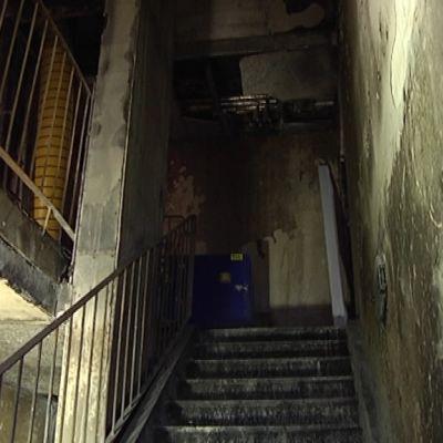 Tulipalon tuhoama porraskäytävä.