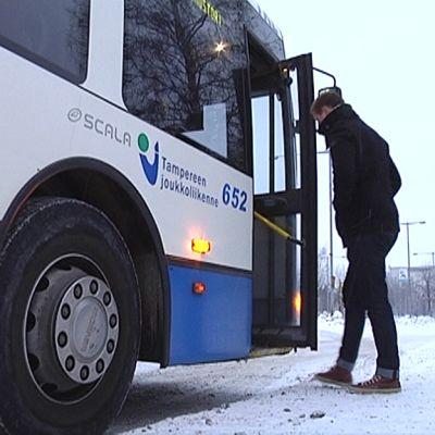 Kaksi matkustajaa nousee linja-auton kyytiin Tampereella.