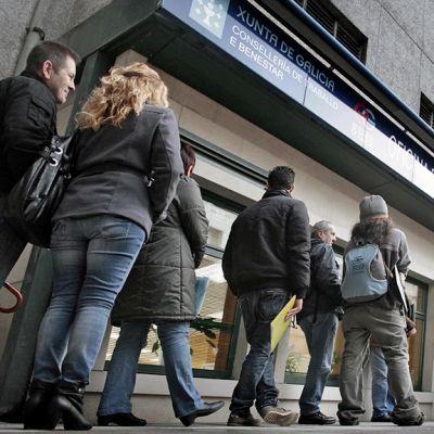 Espanjalaiset työttömät jonottavat työvoimatoimistoon La Coruñassa.