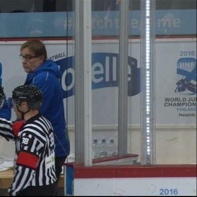 Tuomarit neuvottelevat Venäjän MM-joukkueen kapteenin rangaistuksesta. Markku Puhakainen takana oikealla.