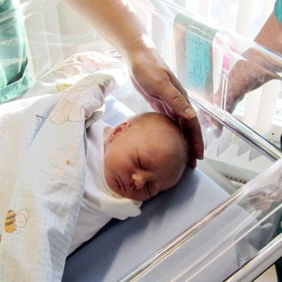 Kätilöt hoitavat vastasyntynyttä sairaalassa.