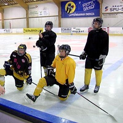Savitaipaleella opetaan englantia ja ruotsia jääkiekkotreeneissä.