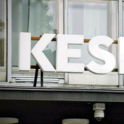 Keskon logokyltti pääkonttorin sisäänkäynnin yläpuolella. Pääkonttori sijaitsee Helsingin Katajanokalla.