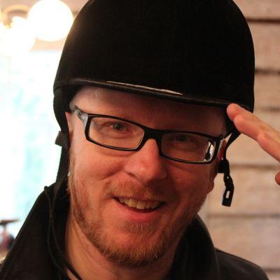 Mikko Maasola tunsi outoa vetovoimaa ratsastuskypärään.