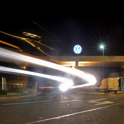 Volkswagenin mainoskyltti Saksan Wolfsburgissa.