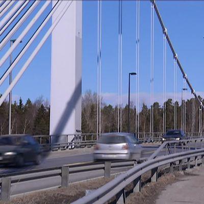 Henkilöautot kulkevat Kirjalansalmen sillalla.
