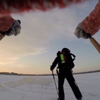 Luistelijat järven jäällä.