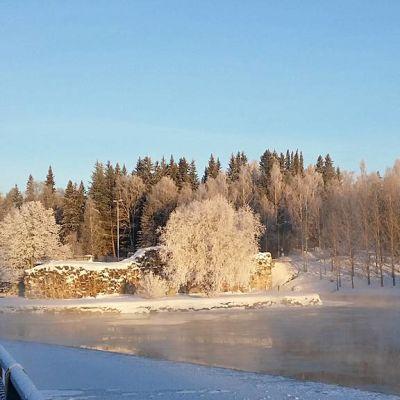 Kajaanin linnanrauniot pakkaspäivänä, Kajaaninjoesta nousee utua.